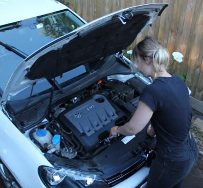 Checking the oil in a VW Golf Diesel